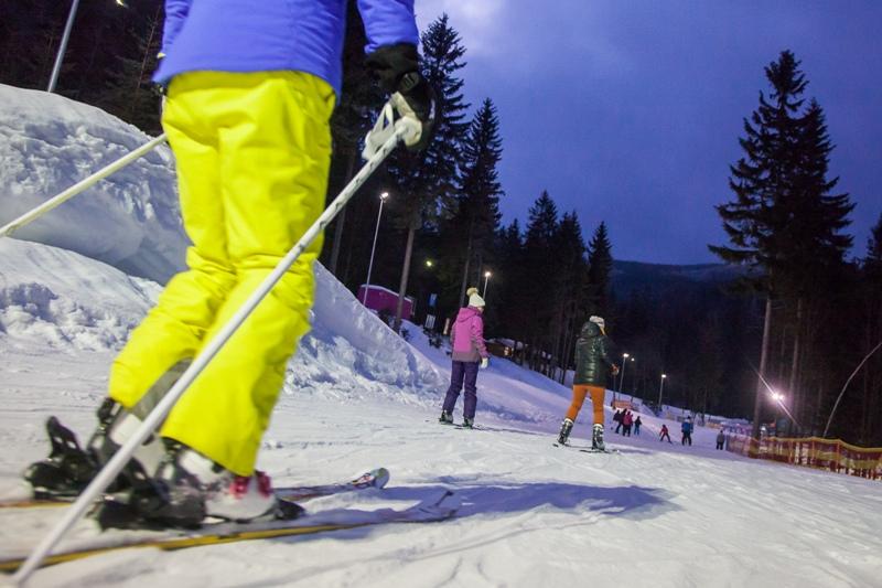 Biały Jar - narciarze na trasie